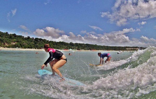 foto clase de surf Pipa Brasil